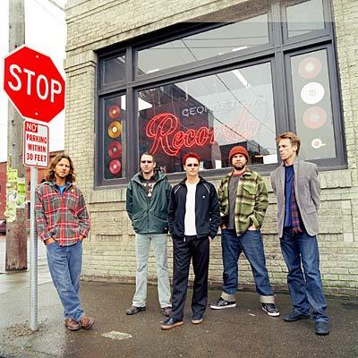 pearljam2007 03dannyclinch 400 Pearl Jams elusive, ninth studio effort