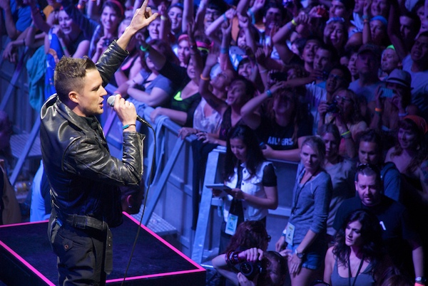 the killers 10 Video: The Killers cover Oasis Dont Look Back in Anger
