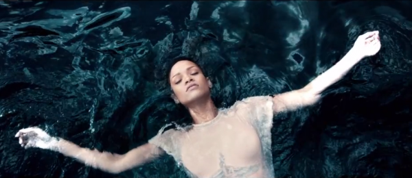 screen shot 2012 11 08 at 6.43.42 pm e1352421880201 Video: Rihanna   Diamonds