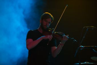 Owen Pallett performing w/Foxes in Fiction // Photo by Philip Cosores