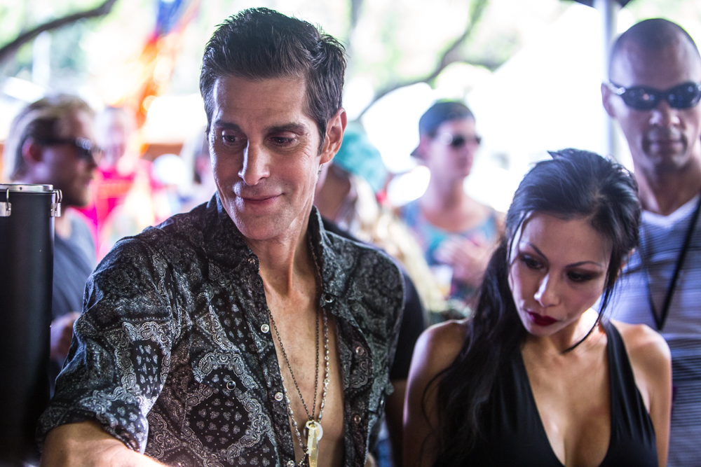 01-Perry-Farrell-Cosores