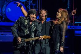 24470625756 247b60303b b Live Review: Bruce Springsteen & The E Street Band at Chicagos United Center (1/19)
