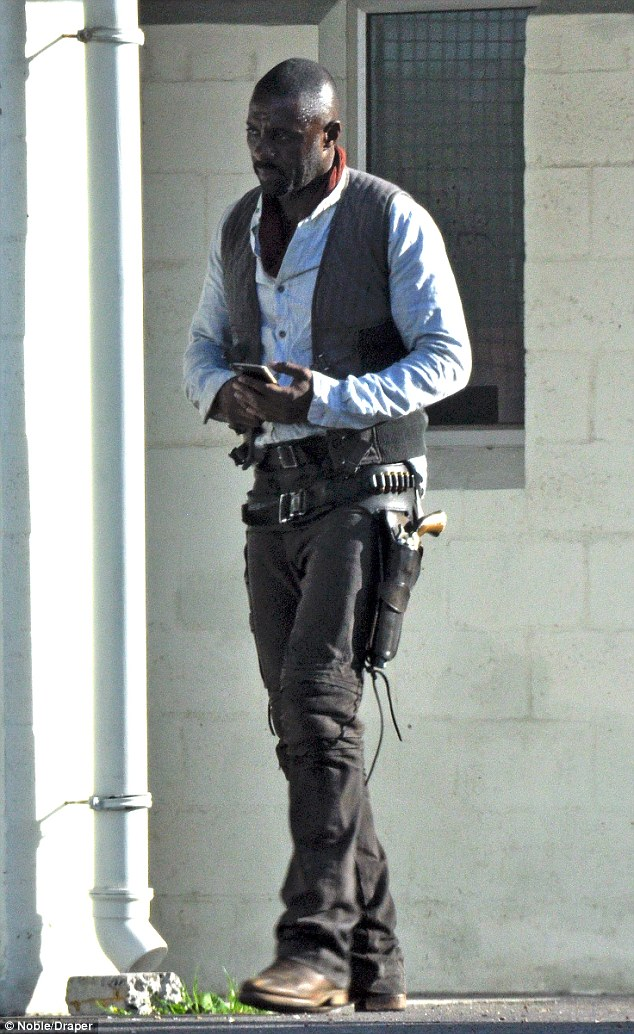 idris2 Heres your first look at Idris Elba as The Gunslinger in The Dark Tower movie