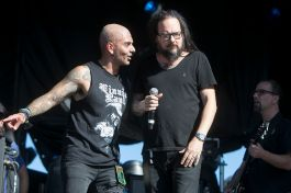 Vinnie Paul Tribute: Jose Mangin and Jonathan Davis, photo by Raymond Ahner