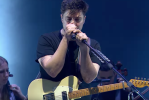 "Video Mumford and Sons cover Ariana Grande ""breathin"" on BBC Live Lounge"