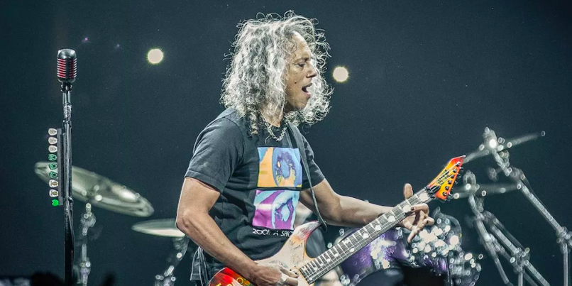 metallica 39 s kirk hammett falls onstage after slipping on wah pedal watch consequence of sound. Black Bedroom Furniture Sets. Home Design Ideas